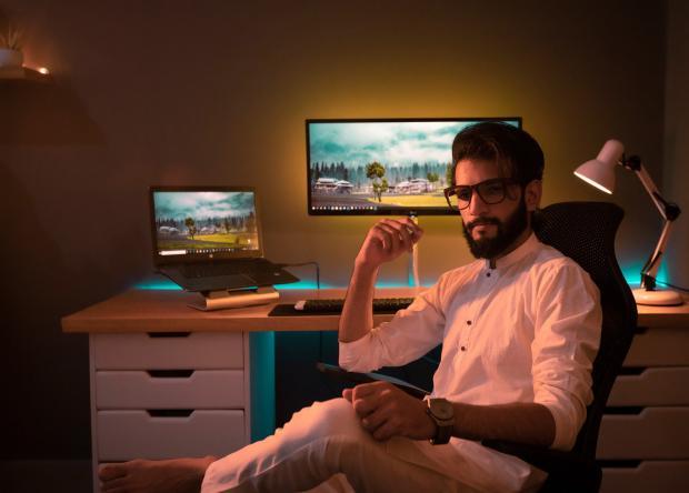 молодой человек в рабочем кабинете