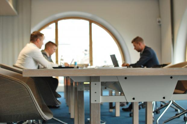 молодые люди работают в офисе