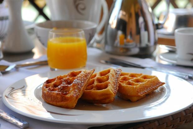 вафли на завтрак с апельсиновым соком