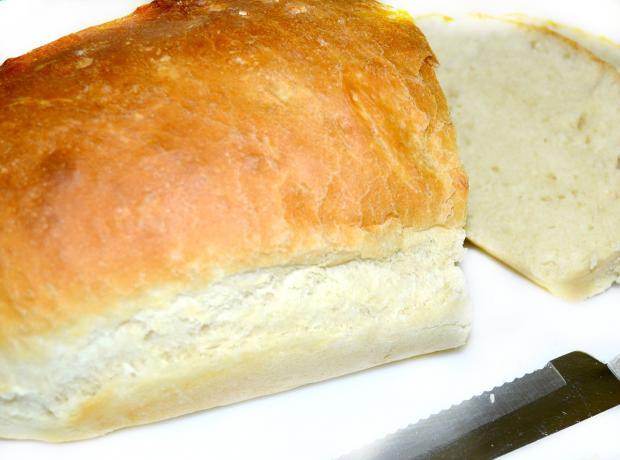разрезанная буханка белого хлеба