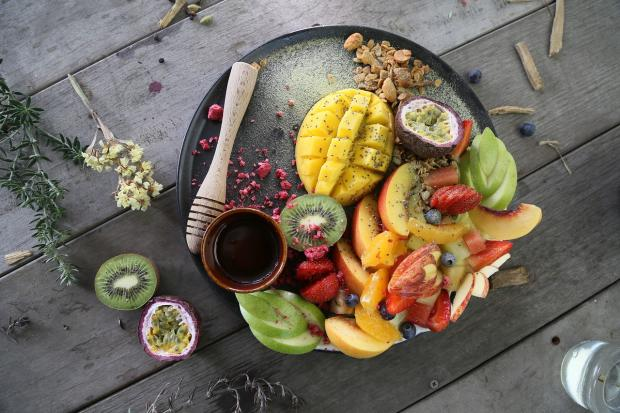 тарелка нарезанных фруктов разных видов