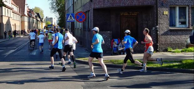 люди бегут по улице