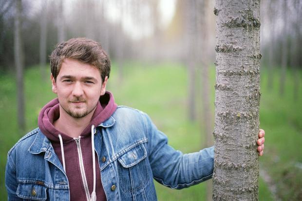 молодой человек в лесу