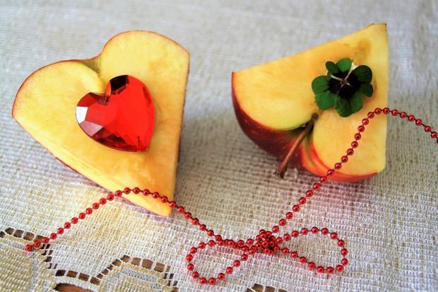 вырезанные из яблок сердца с украшениями