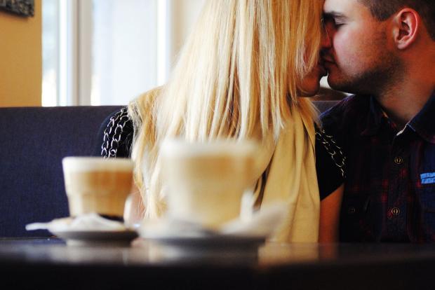 романтическая пара сидит за столиком в кафе