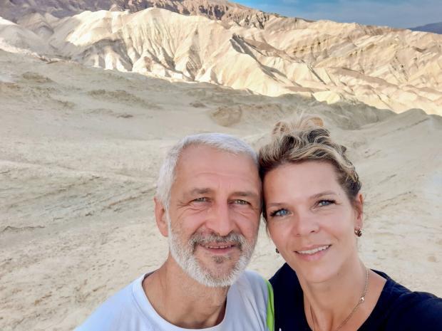 зрелая влюбленная пара в горах