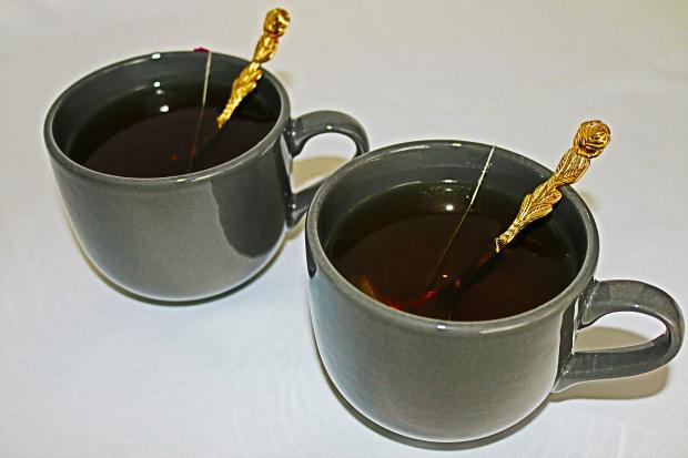 две чашки с зеленым чаем