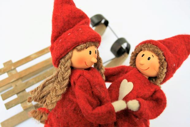 две игрушки в красных кафтанах с санками