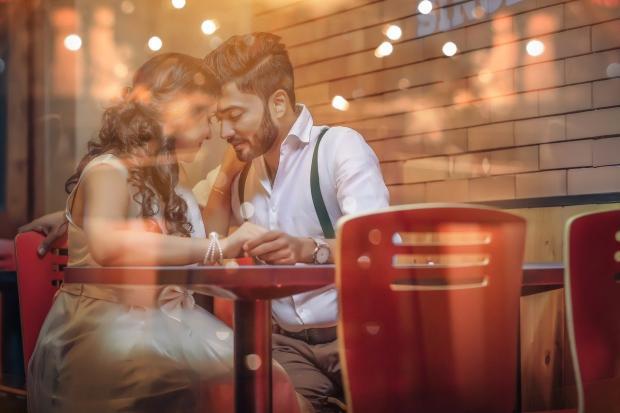 влюбленные сидят за столиком в кафе