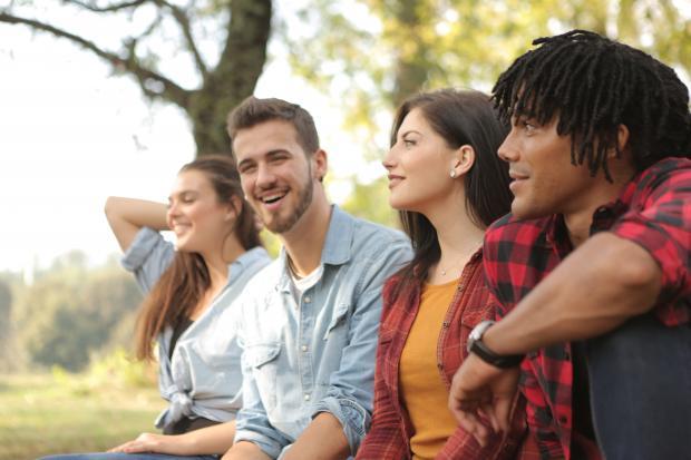 Компания молодых людей на природе