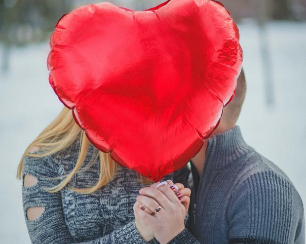Влюбленная пара с шариком в виде сердца