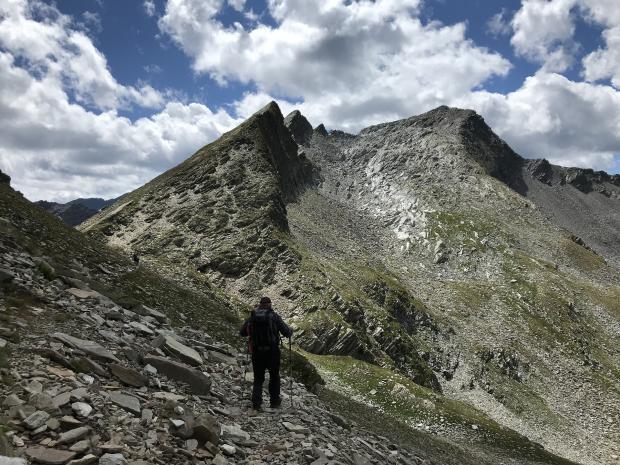 мужчина, идущий в горы