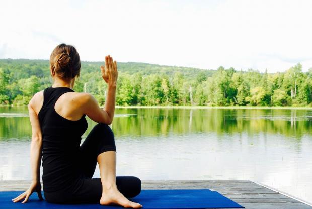 девушка сидит в позе йоги