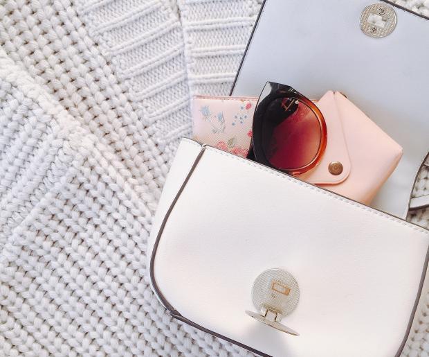 Белая сумка внутри солнцезащитные очки и кошелек