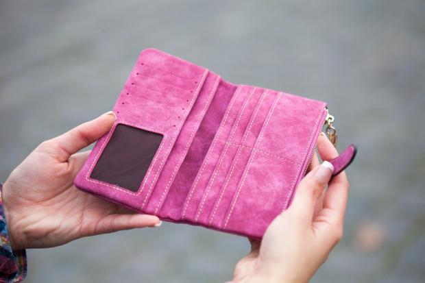 Фиолетовый кошелек в руках
