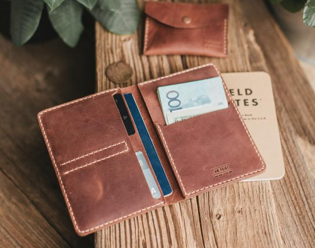 коричневый кошелек на столе