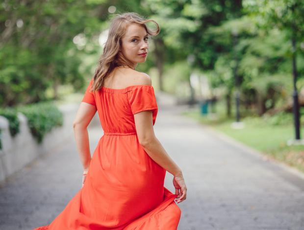 молодая девушка в красном платье