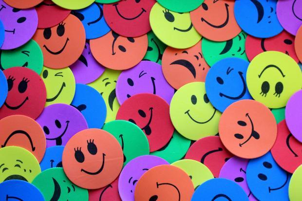 разноцветные жетоны со смайликами