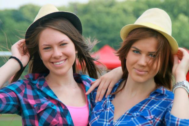 две улыбающиеся девушки в шляпках