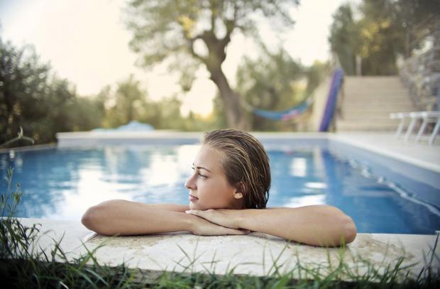 женщина на краю бассейна