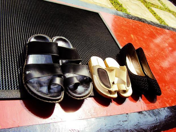 коврик на пороге, обувь