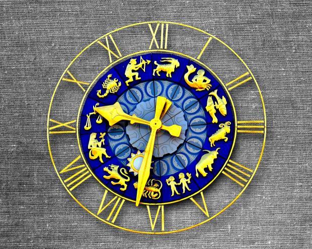 часы с циферблатом в виде зодиакального круга