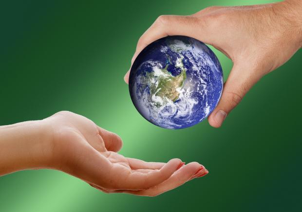 земной шар из одной руки в другую