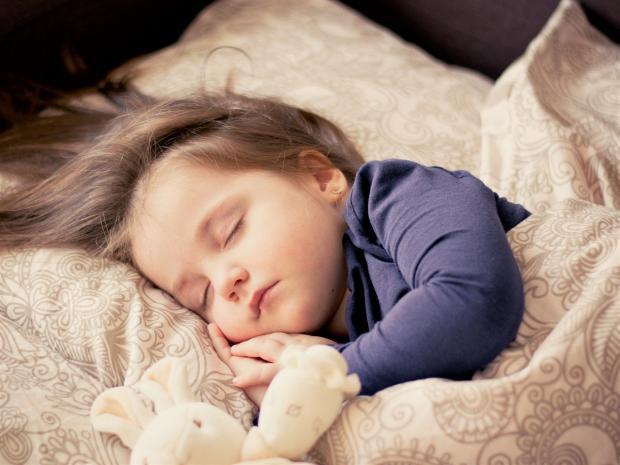 ребенок спокойно спит в своей кроватке