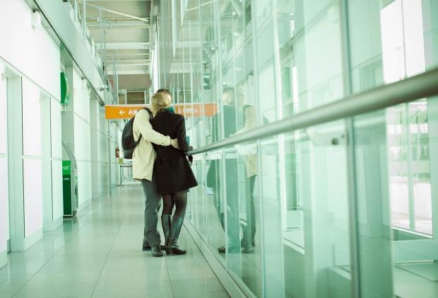 влюбленная пара прощается в аэропорту