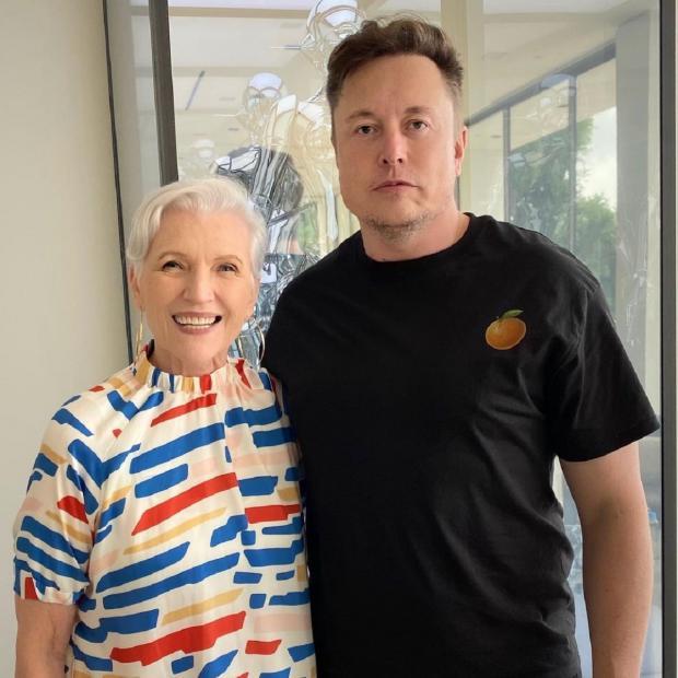 Мэй Маск с сыном