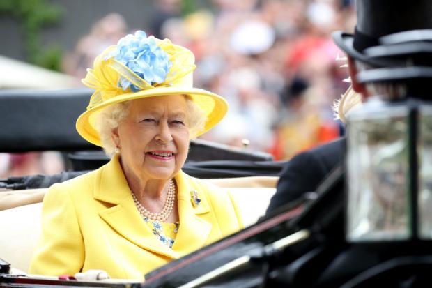 королева Великобритании Елизавета II в желтом наряде