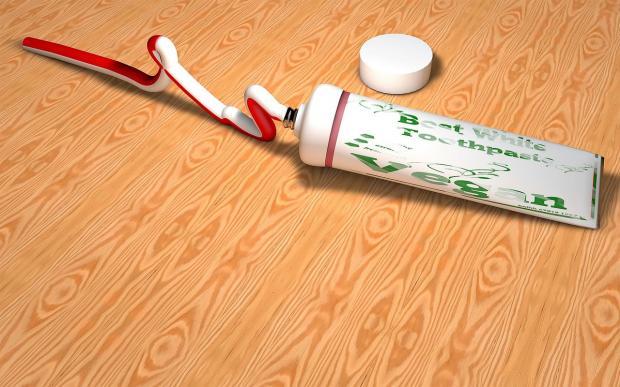 тюбик красно-белой зубной пасты