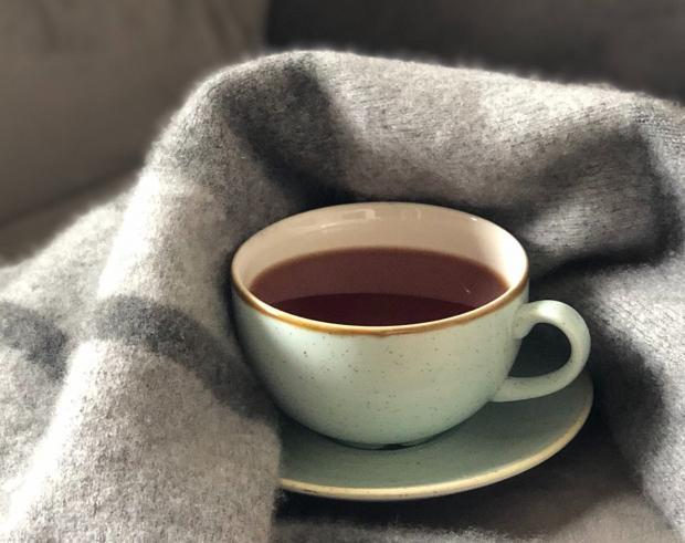 чай в бледно-голубой чашке