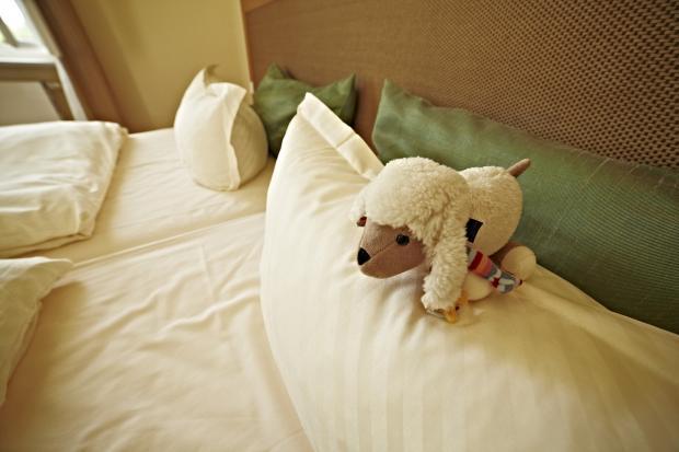 кровать, подушки, мягкая игрушка