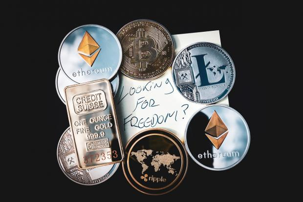 лежат расположенные кругом монеты различных валют