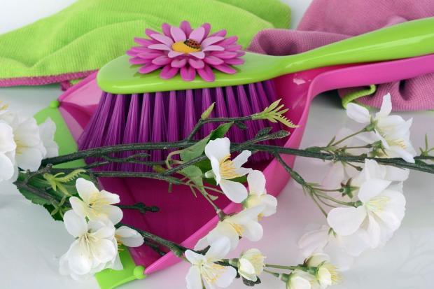 щетка и совок для уборки квартиры