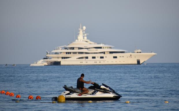 парень на водном скутере смотрит на корабль