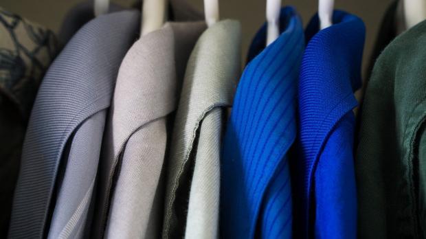 одежда висит в шкафу