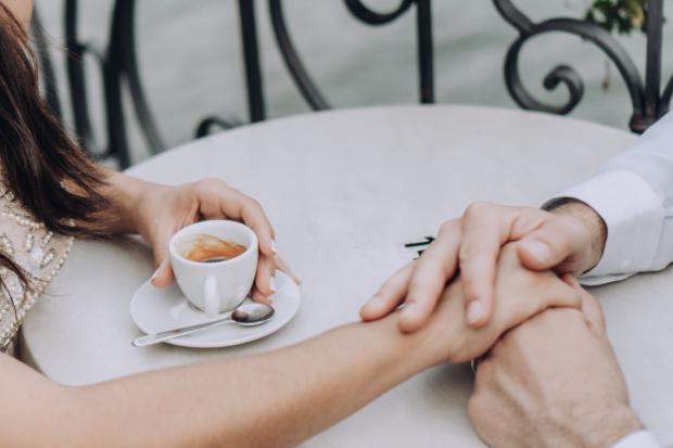 мужчина держит женщину за руку