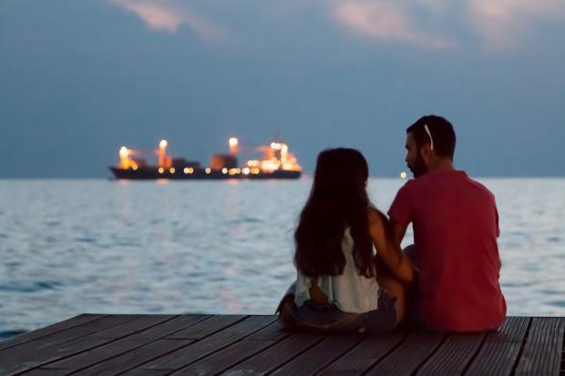 пара на берегу водоема