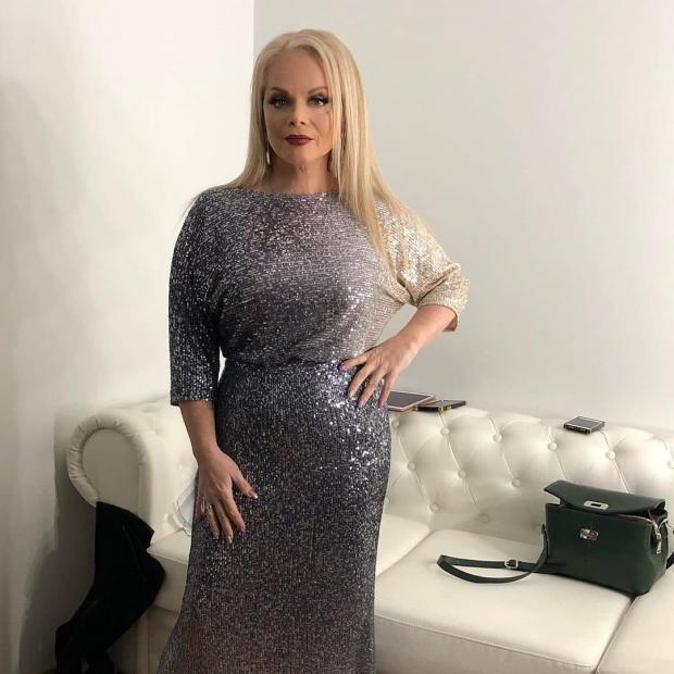 Лариса Долина в серебристом платье