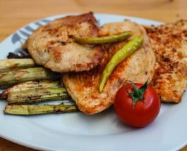 Что приготовить на ужин: рецепт куриного стейка с запеченными овощами