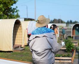 Помощь бездомным: волонтеры из США строят временные дома для нуждающихся