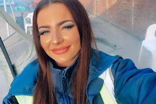 «Слишком красива чтобы водить автобус»: 24-летняя девушка удивляет пассажиров внешним видом