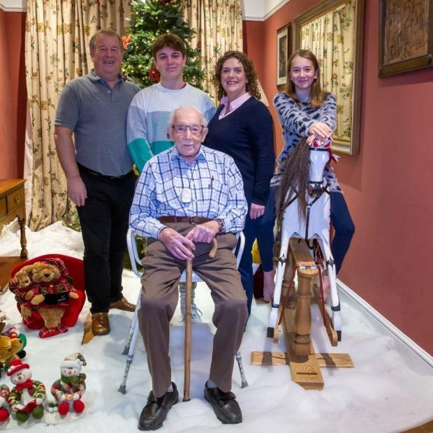 Британский ветеран Томас Мур с семьей