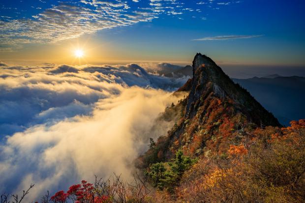 пик горы в облаках, рассвет