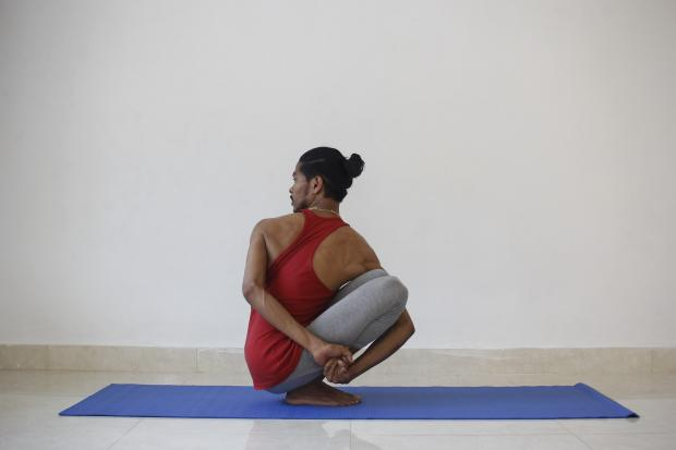 молодой человек в позе йоги