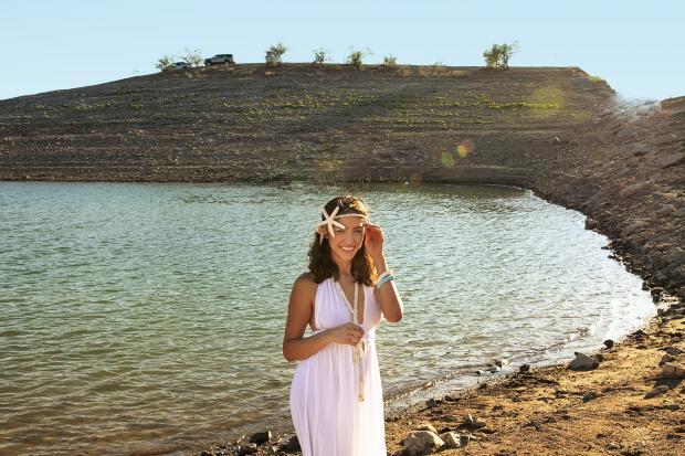 девушка в белом платье у воды