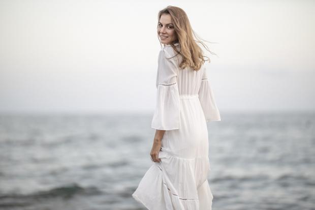 девушка в белом платье на берегу моря