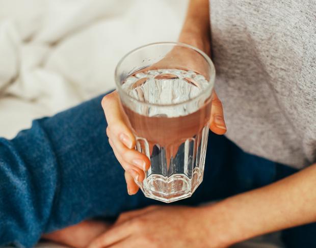 стакан воды в женских руках
